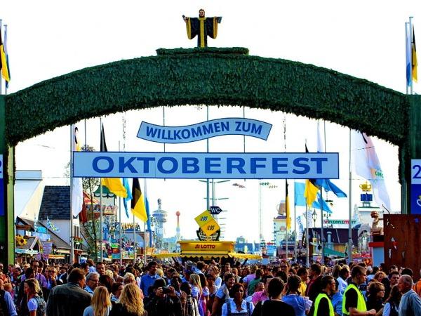 1024px.Haupteingang_Oktoberfest_2012